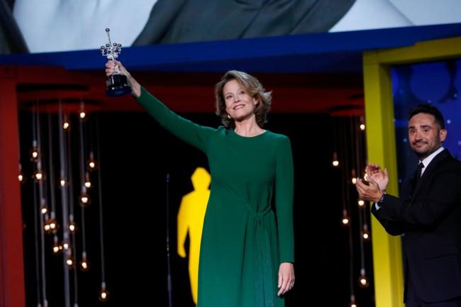 Sigourney Weaver con su Premio Donostia