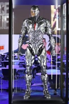 Estatuas/modelos de Cyborg de Justice League (2017) en la Licensing Expo 2017