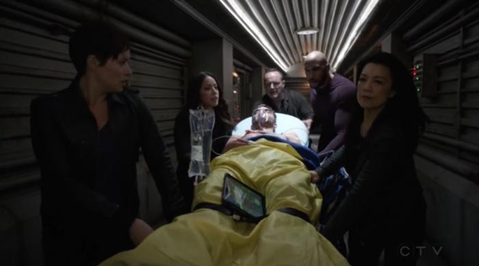 Llevando a Deke a la sala de operaciones (capítulo 17)