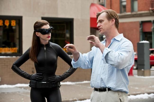 Nolan dando instrucciones a Anne Hathaway