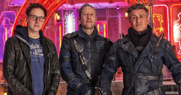 Imagen oficial del set de Guardianes de la Galaxia vol. 2 (2017), director James Gunn, Michael Rosenbaum (Martinex) y Sylvester Stallone (Stakar)